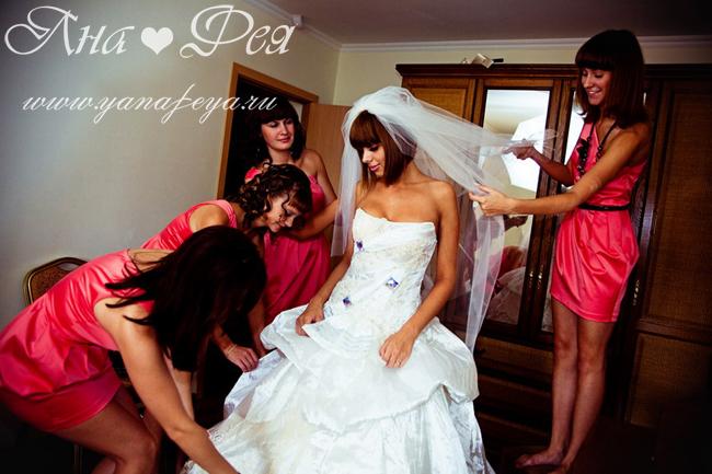 подружки невесты в одинаковых платьях.